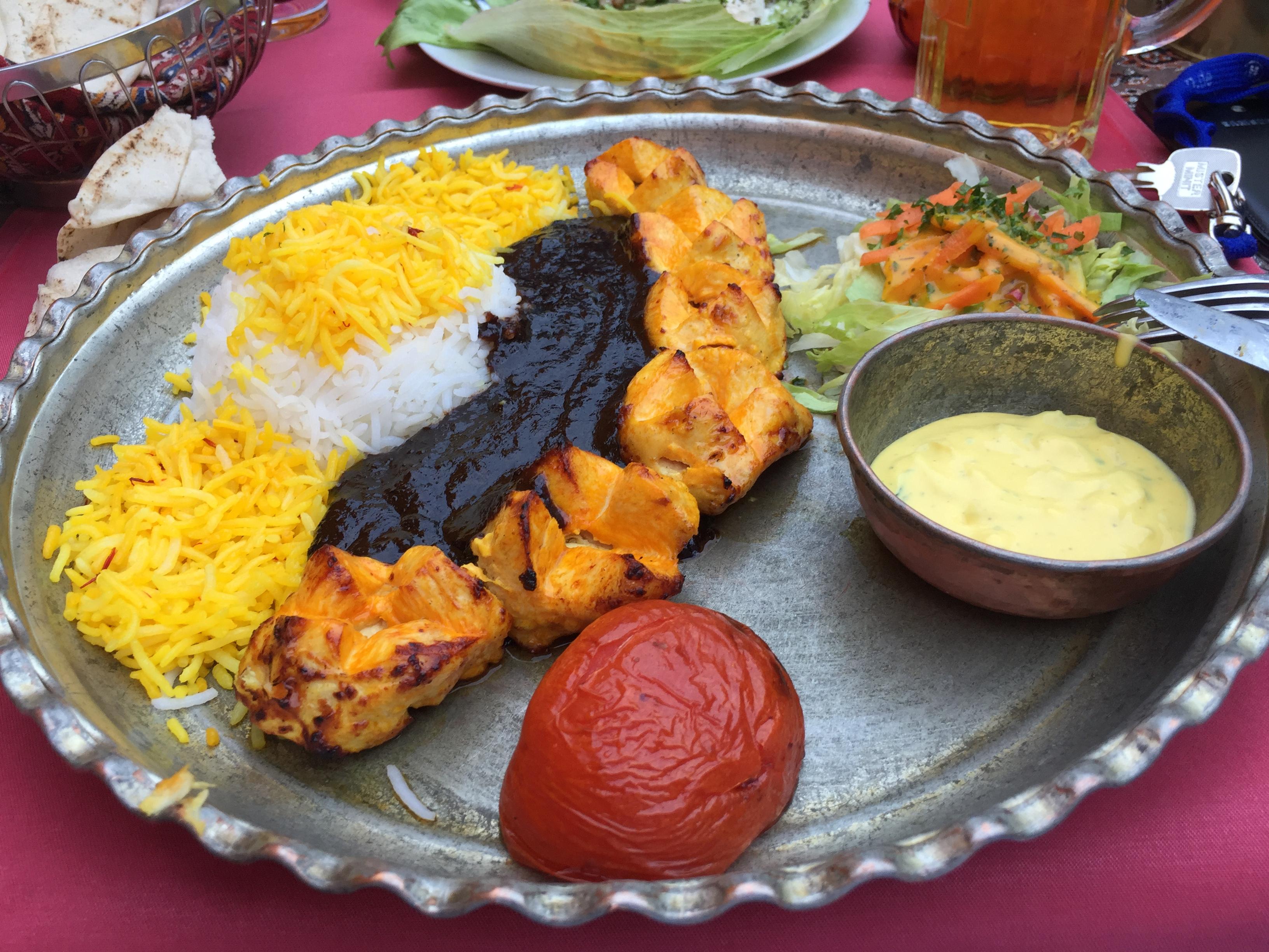 Kabab Spieß mit Hähnchenfleisch, Duftreis und Tomate.